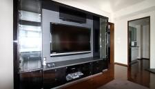 鏡面塗装の家具で60インチのTVを囲み高級感のある空間に!